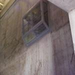 Besturingscabine tegen betonwand