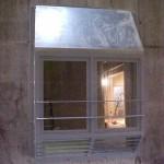Besturingscabine tegen betonwand (2)